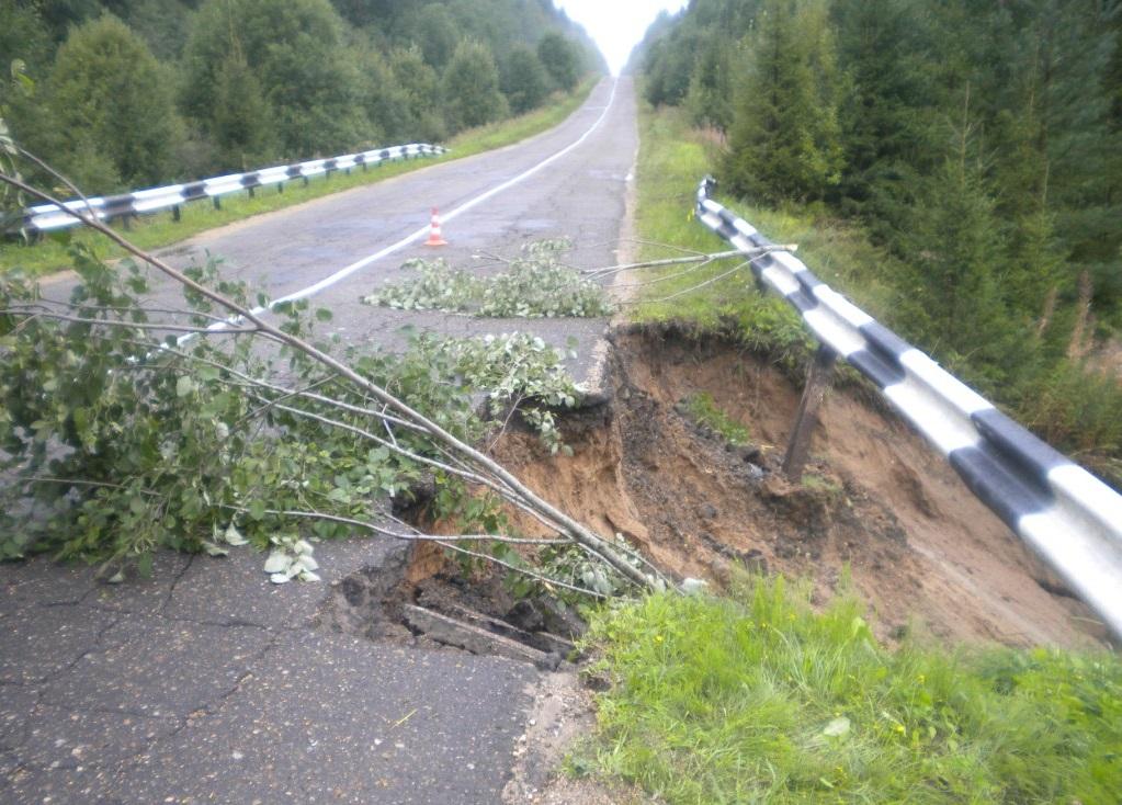 В Вологодском районе ливнем размыло дорогу