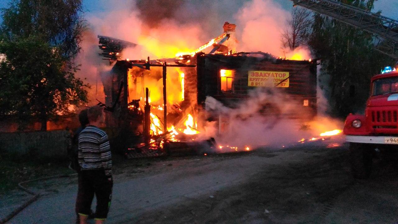 Пятиквартирный деревянный дом сгорел ночью в Великом Устюге