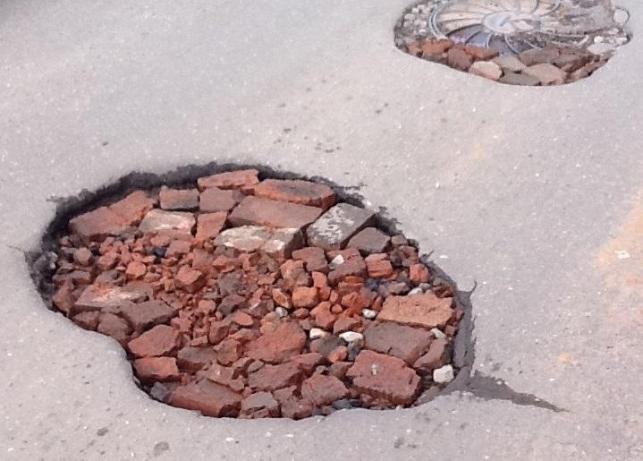 В отношении вологжанина, который решил отремонтировать дорогу, возбудили уголовное дело