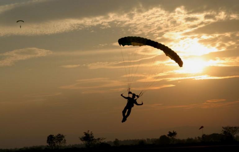 Подробности ЧП с парашютистом: череповчанин удачно приземлился, но ветром его отнесло на ЛЭП