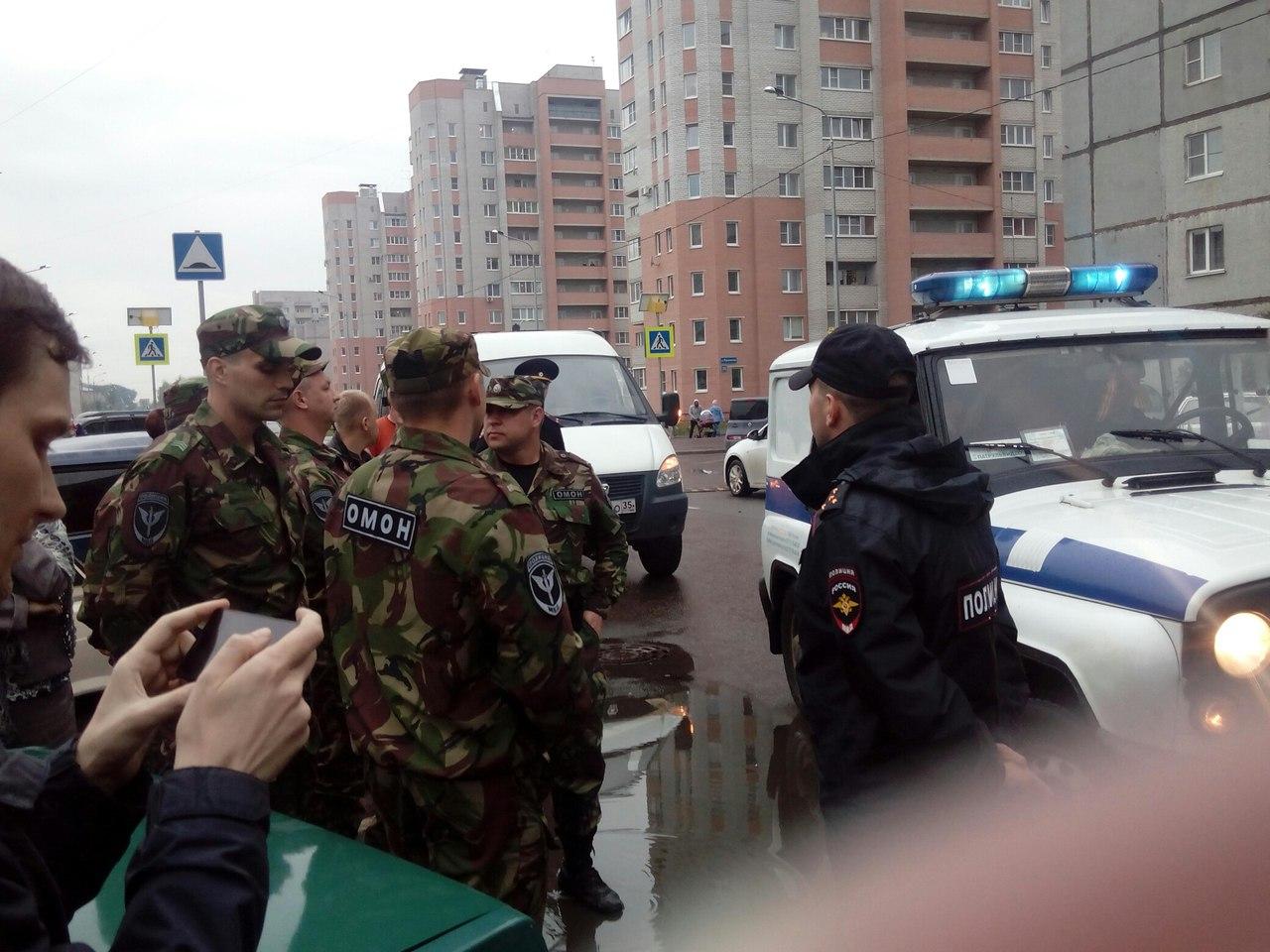 Встречу жителей на Фрязиновской посчитали несанкционированным митингом: Евгения Доможирова увез ОМОН