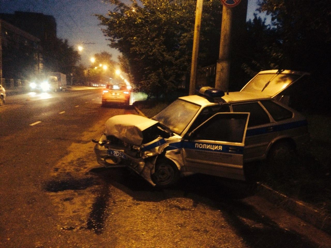 """В Вологде """"Дэу Нексия"""" врезалась в """"Форд Фокус"""", а тот -  в полицейский автомобиль"""