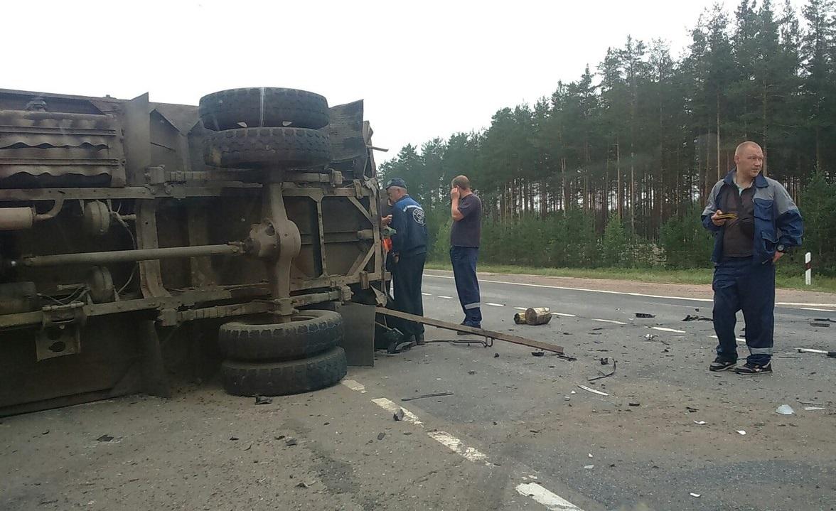 В Чагодощенском районе иномарка врезалась в «ГАЗ»: грузовик перевернулся