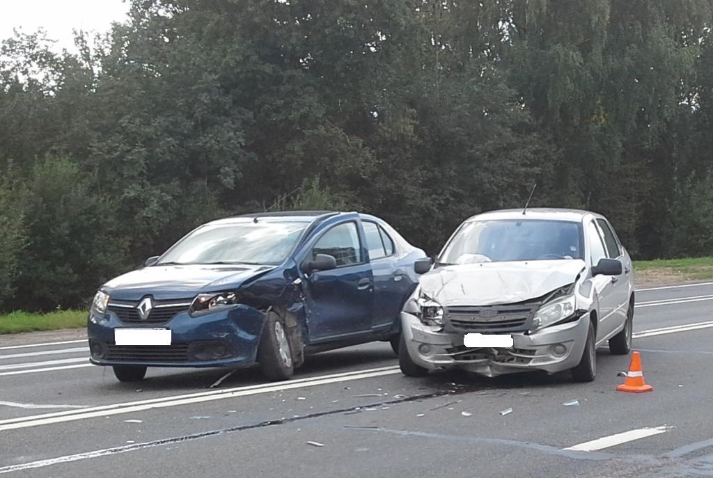 Два человека пострадали при столкновении автомобилей в Шекснинском районе