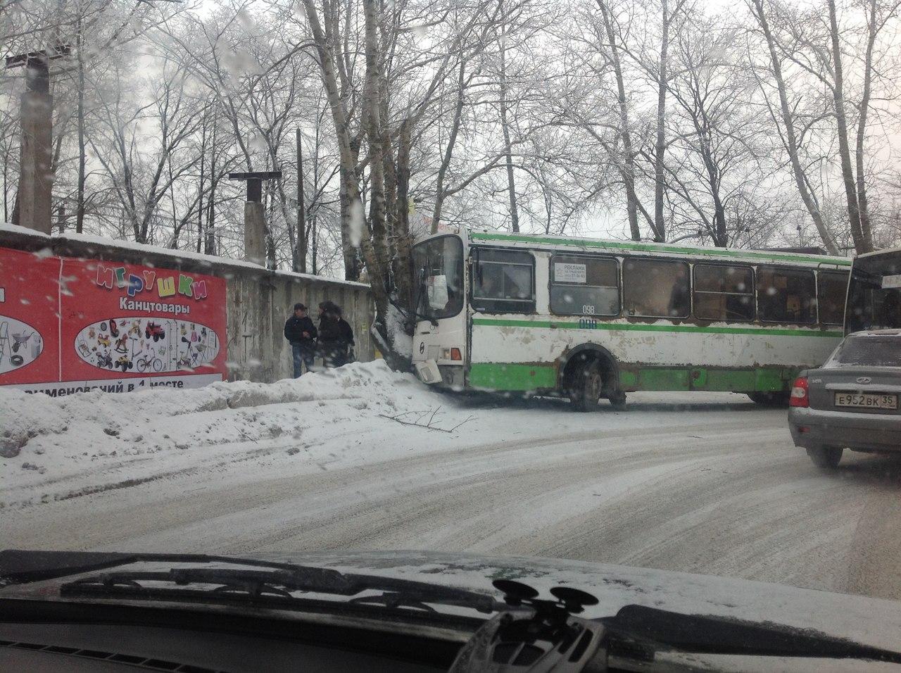 Автобус Вологда-Молочное врезался в дерево