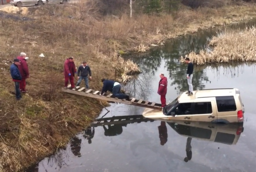 "В Вологде ""Land Rover"" съехал с дороги в водоем"