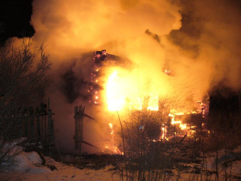 Житель вологодской деревни увидел пожар в своем доме из окна соседа