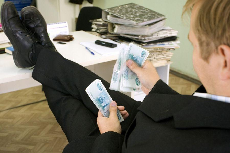 Вологодские чиновники получают в среднем от 27 до 42 тысяч рублей
