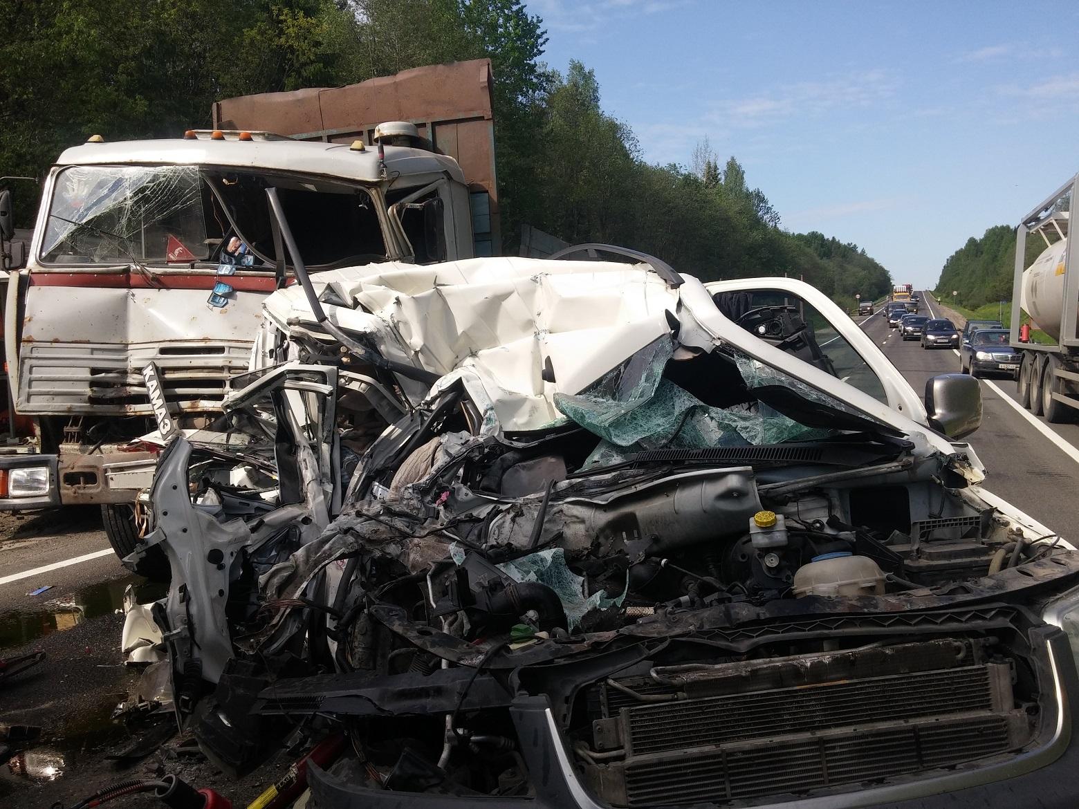 На трассе Вологда-Новая Ладога столкнулись КамАЗ и микроавтобус: погибла пассажирка