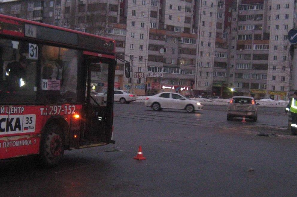 Автобус столкнулся с легковушкой в Череповце