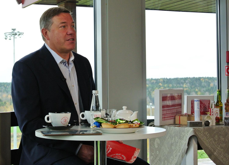 Олег Кувшинников сказал, что ест только вологодские продукты, и похвалил местные настойки