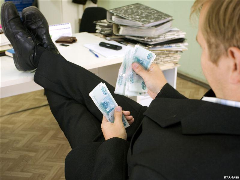Средняя зарплата областных вологодских чиновников оказалась выше 300 тысяч рублей