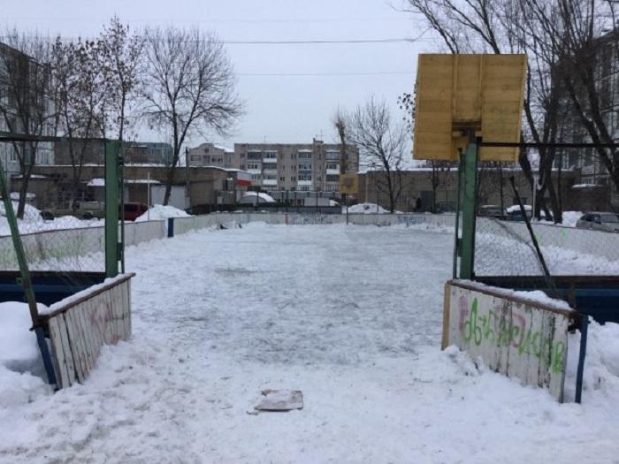 Зима кончается, но некоторые катки в Вологде так и не расчистили от снега и мусора