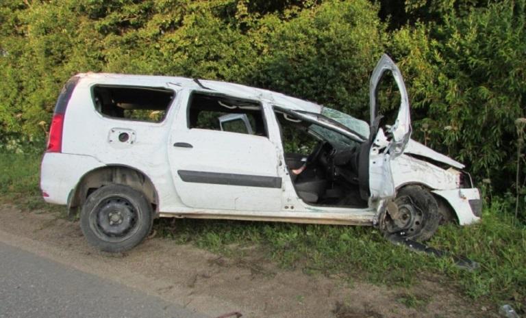 В Шекснинском районе перевернулся автомобиль: водитель вылетел из салона и погиб
