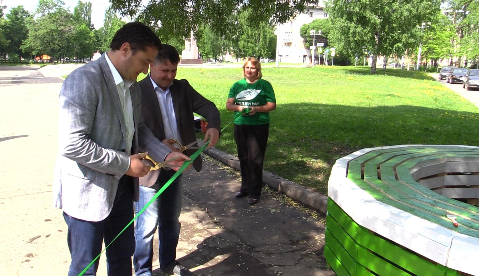Сбербанк установил арт-скамейку у памятника Бабушкину в Вологде