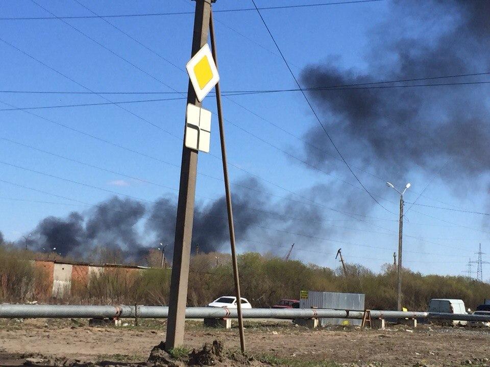 В Вологде загорелся битум: черный дым виден из всех районов города