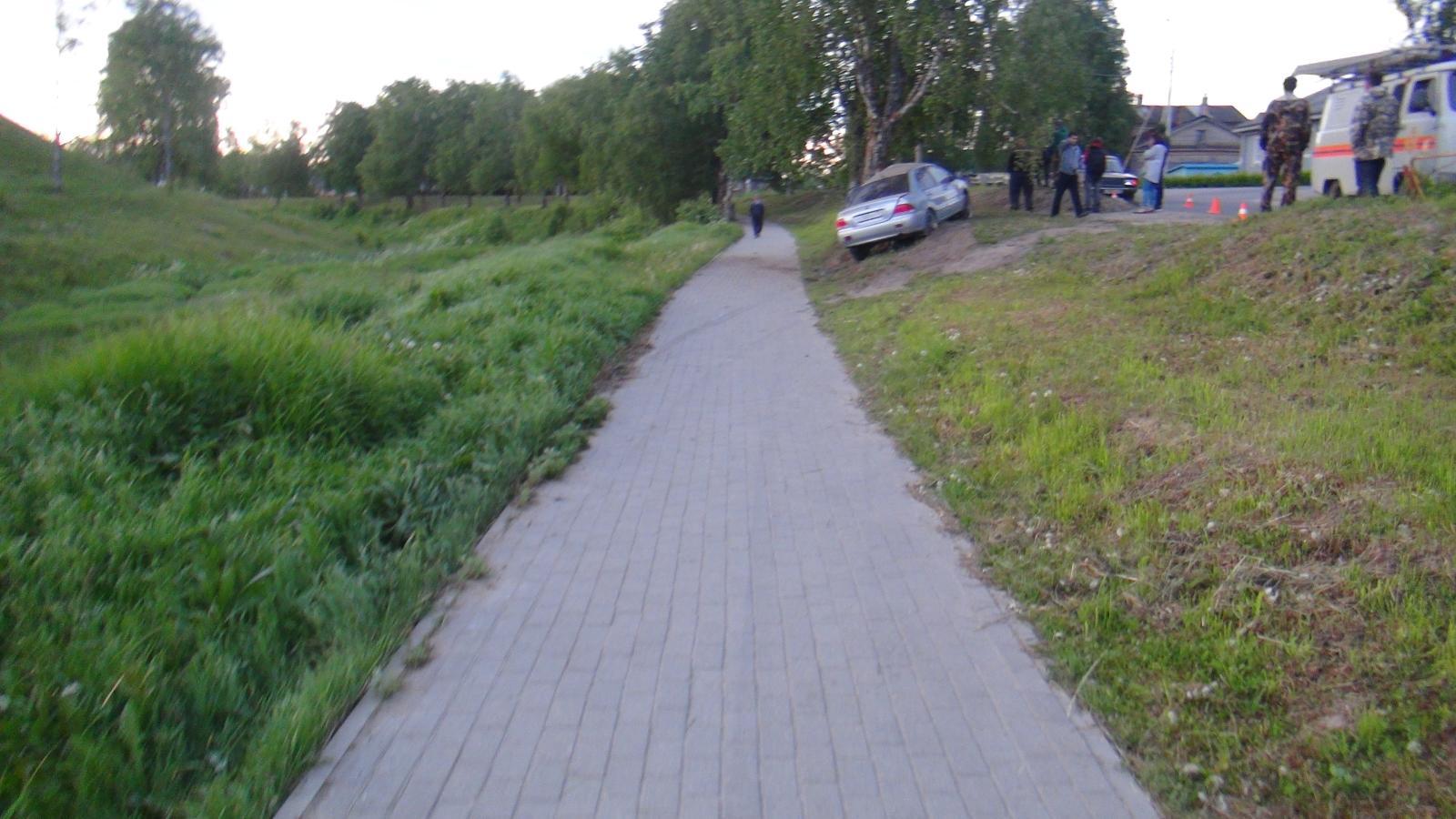 В Белозерске пьяный водитель врезался в дерево: трое пострадавших