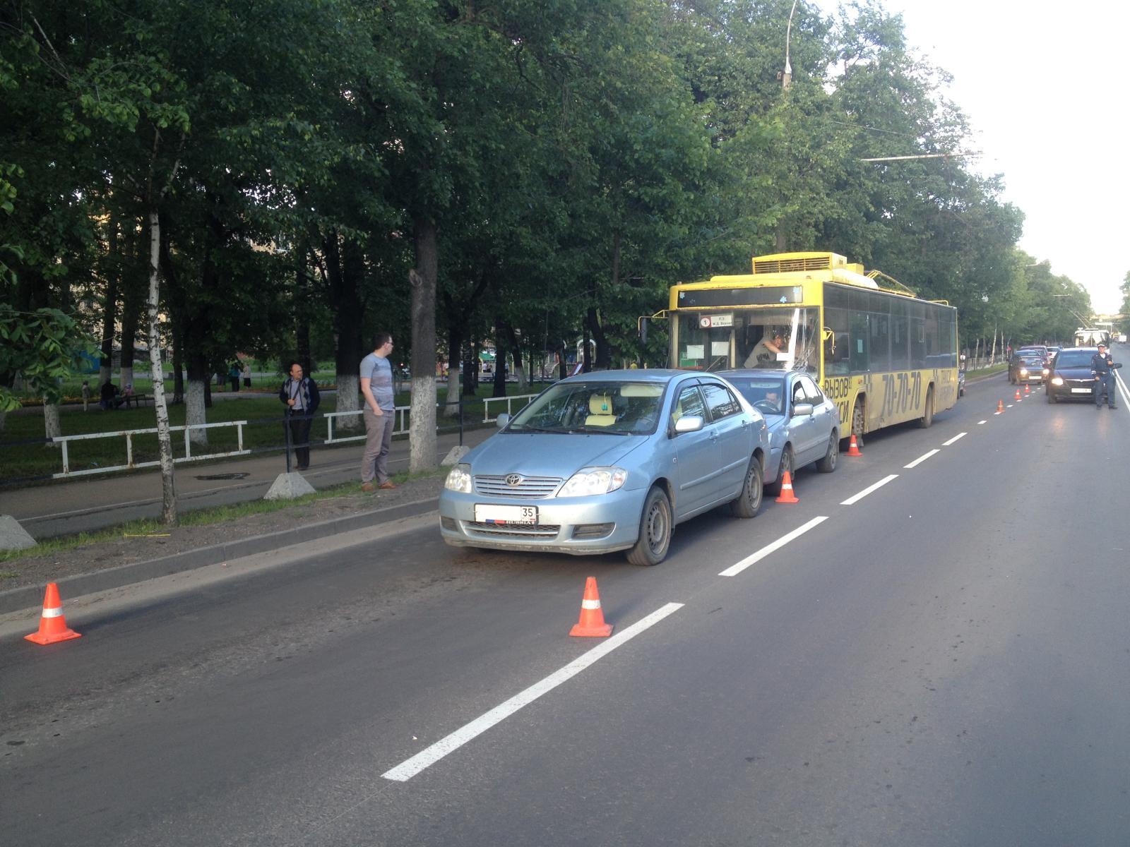 В Вологде троллейбус спровоцировал ДТП с двумя легковыми авто