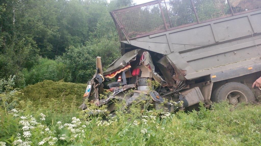 В Череповецком районе КамАЗ врезался в МАЗ дорожников