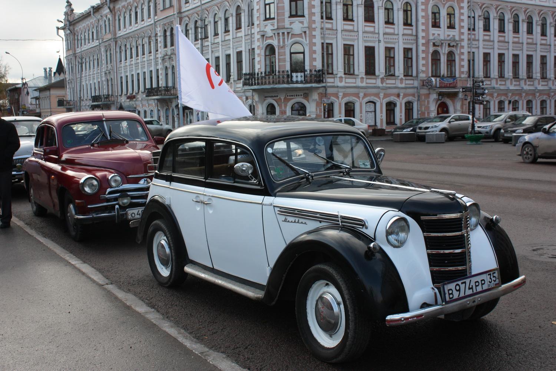 Вологжане приехали сдавать донорскую кровь на ретро-автомобилях