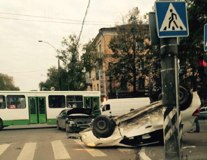 В центре Вологды перевернулась иномарка: за рулем была женщина