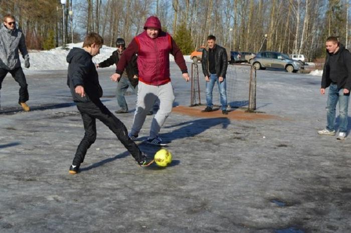 Добиваясь обустройства стадиона, жители Вологодского района вышли играть в футбол у здания администрации