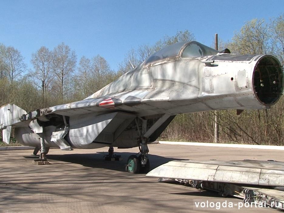 Самолет-истребитель установили в парке Победы в Вологде
