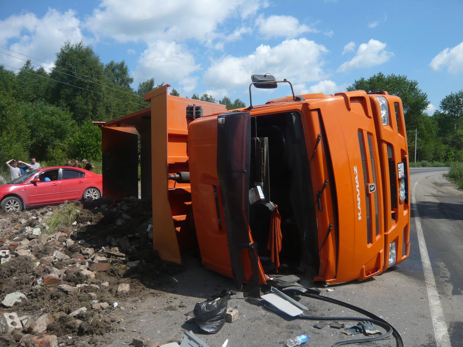 В Череповце на дороге перевернулся мусоровоз