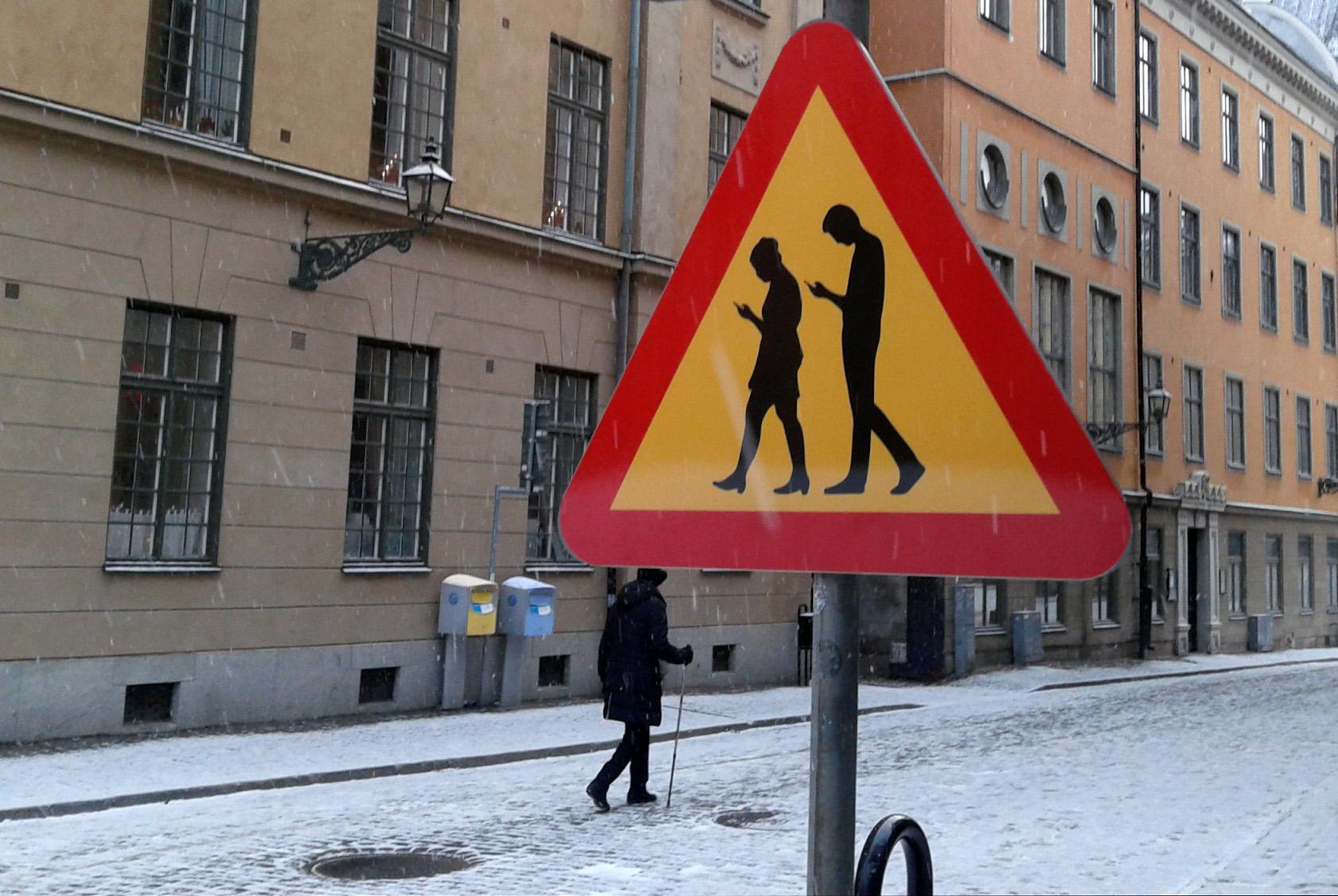 Пешеходам хотят запретить переходить дорогу с телефоном в руках