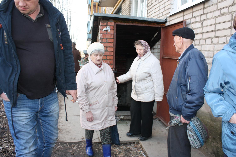 Несколько домов в Вологде затопило канализационной и талой водой: уровень воды выше пояса