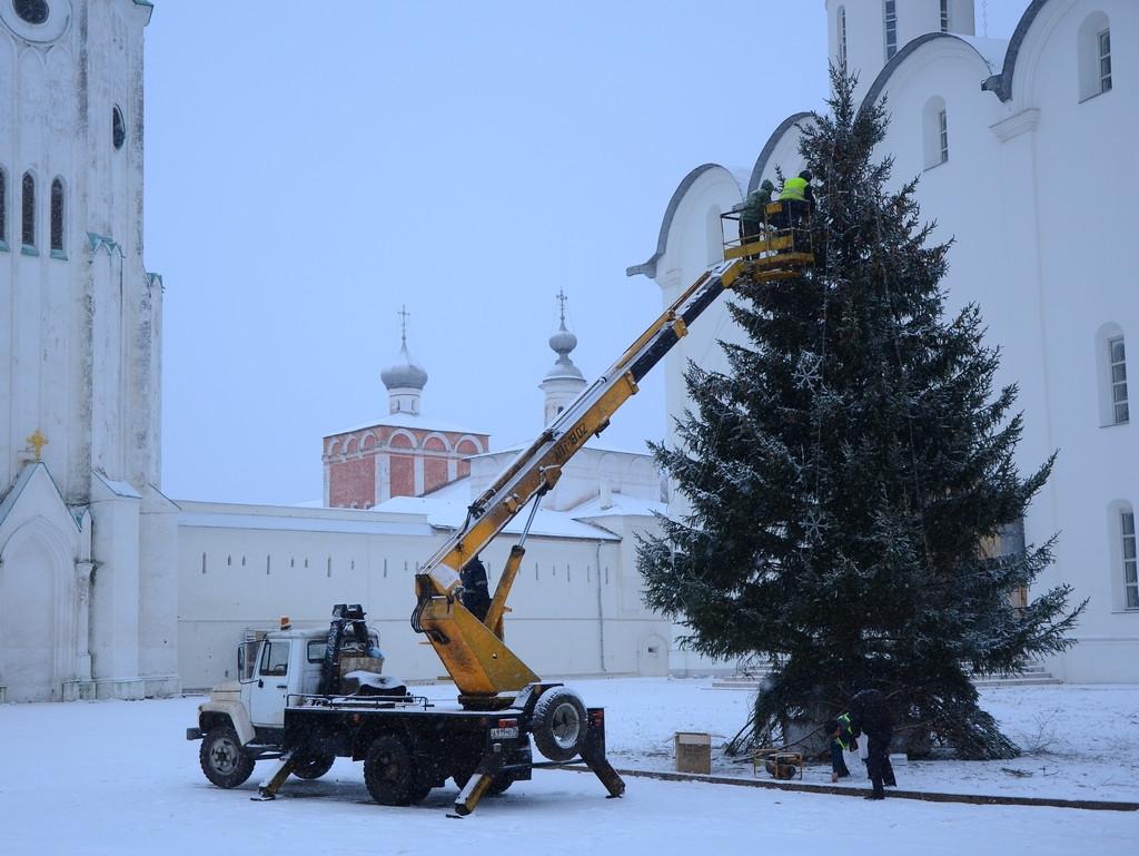 Новогодние ели устанавливают в Вологде