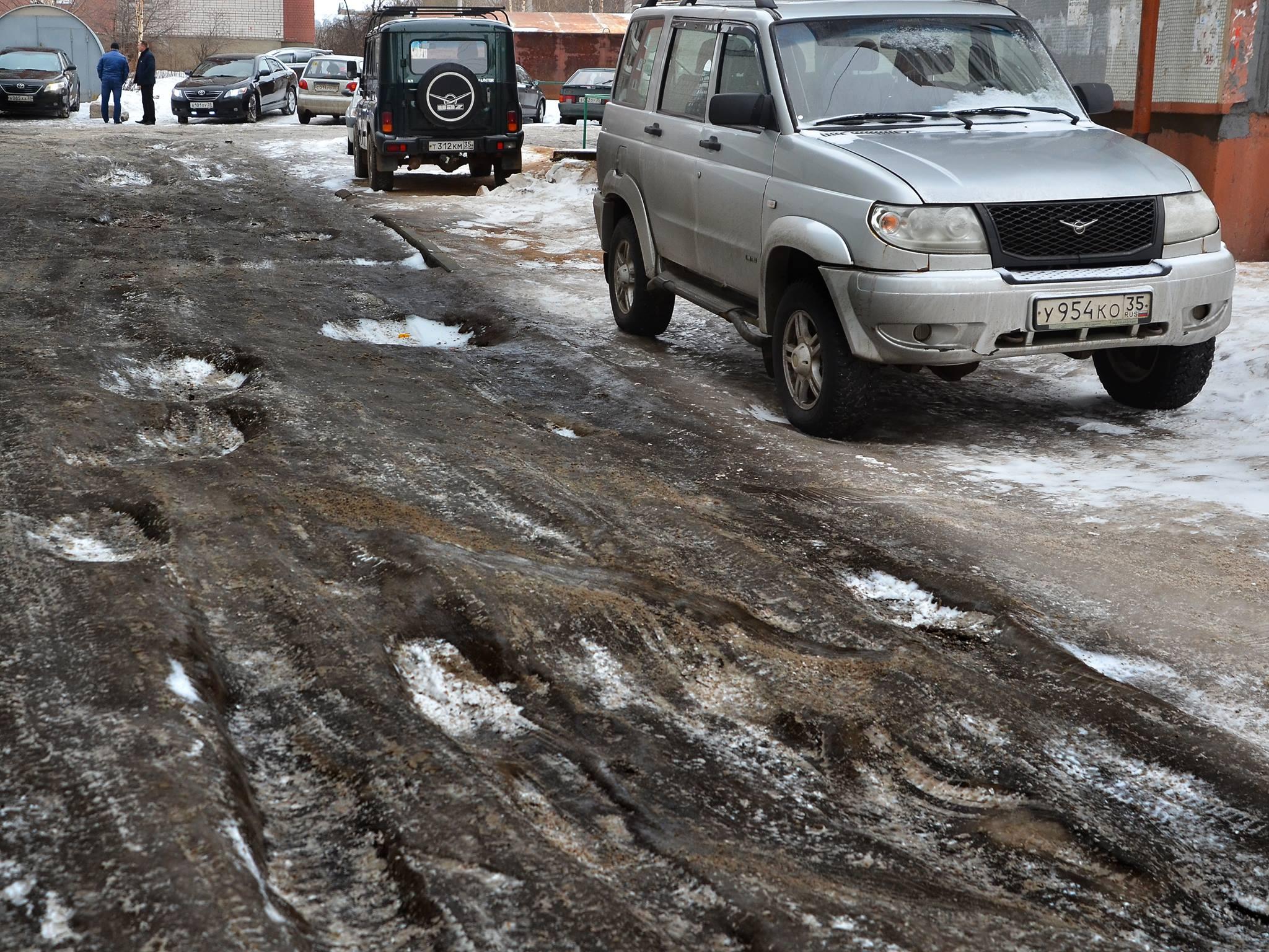 Служебная машина главы Вологды застряла во дворе многоквартирного дома