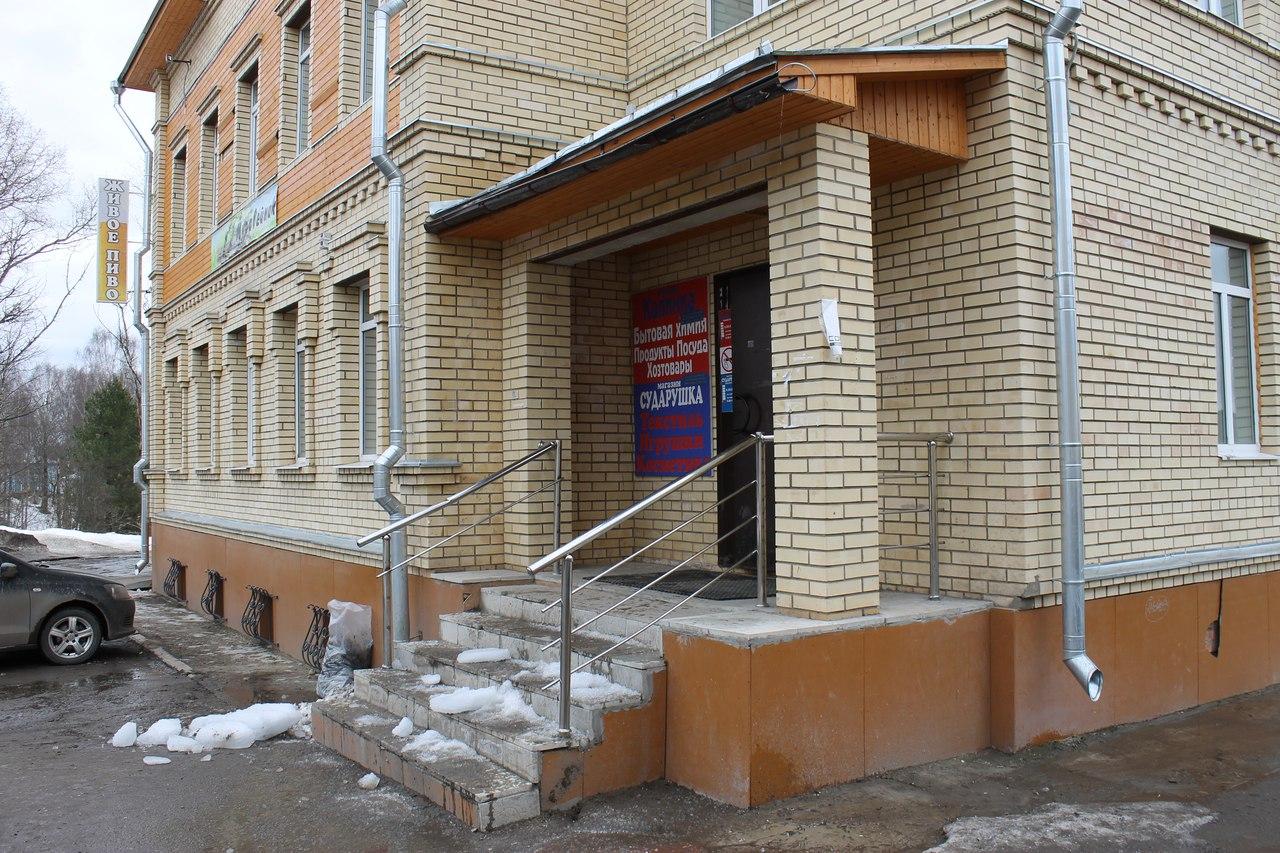 В Тотьме на женщину свалилась ледяная глыба с крыши магазина