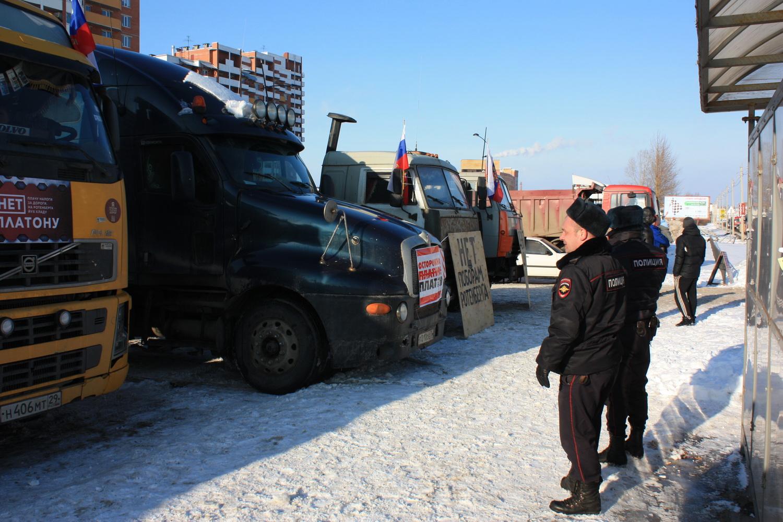 Полицейские изъяли антиплатоновские плакаты у дальнобойщиков в Вологде