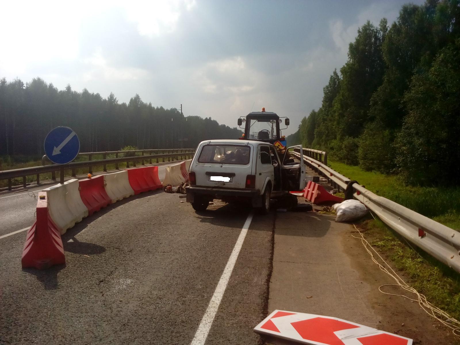 В Устюженском районе «Нива» на мосту врезалась в трактор
