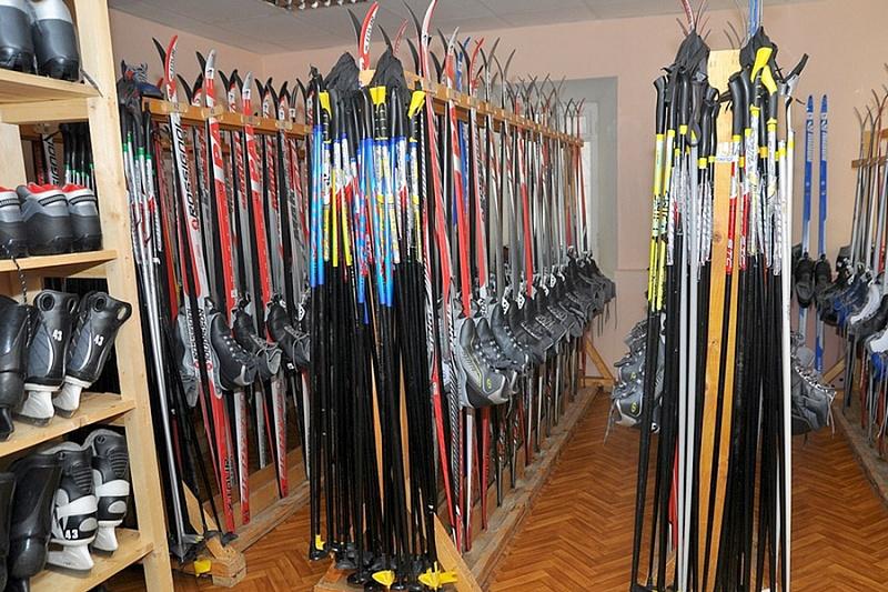 В школе Вологды детей просят приносить на урок физкультуры свои лыжи