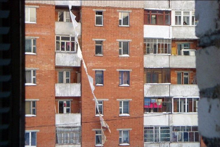 Житель Сокола погиб, пытаясь спуститься с балкона по связанным простыням