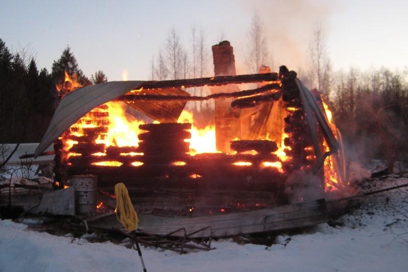 В Череповецком районе 67-летний мужчина получил ожоги, спасая из огня свое имущество