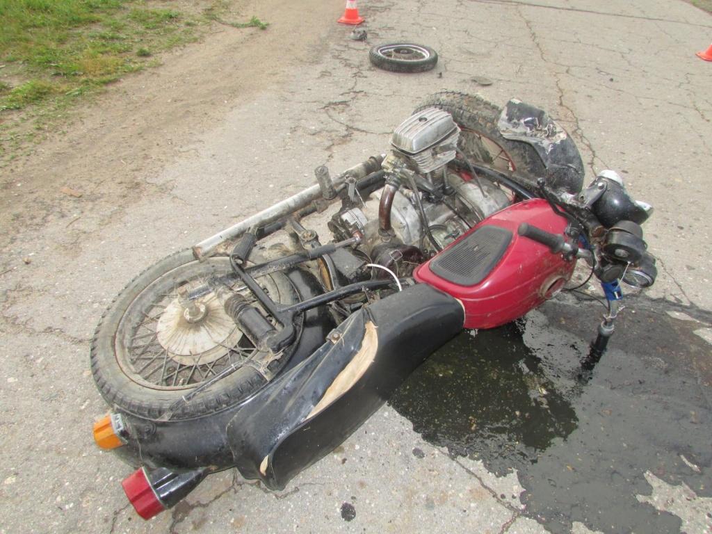 В Череповецком районе столкнулись два мотоциклиста без прав: один погиб