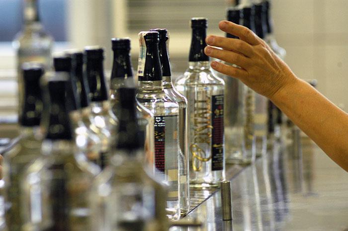 Череповчанка украла утром в магазине бутылку водки, угрожая ножом кассиру