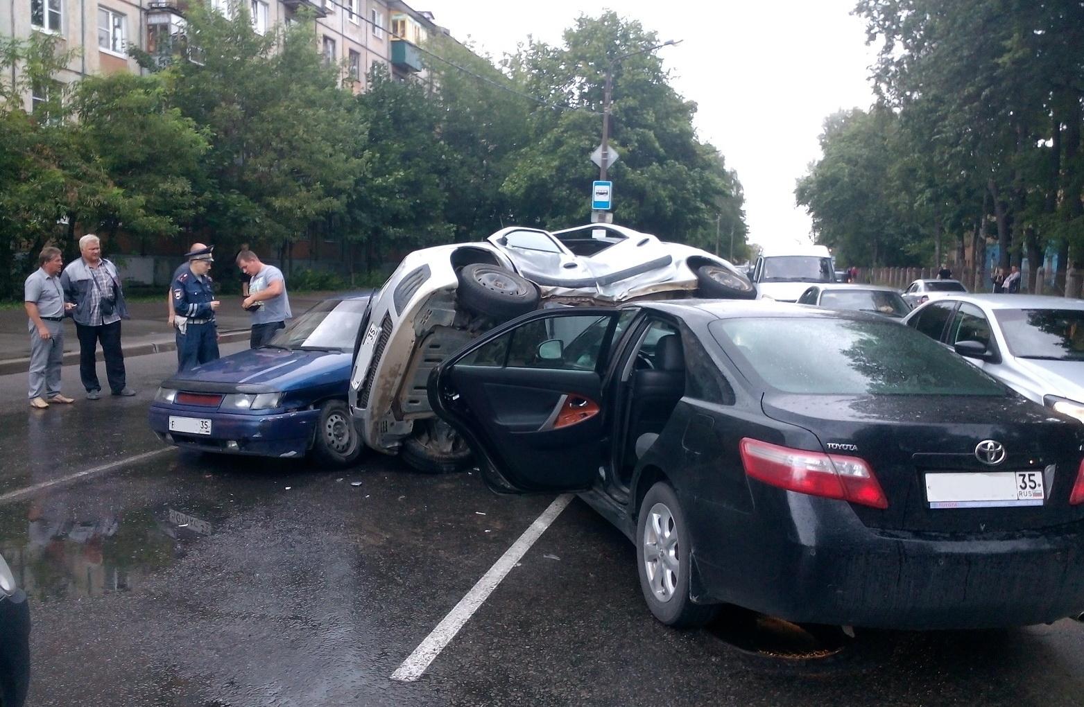 В Череповце столкнулись «Лада», «Тойота» и «ВАЗ»