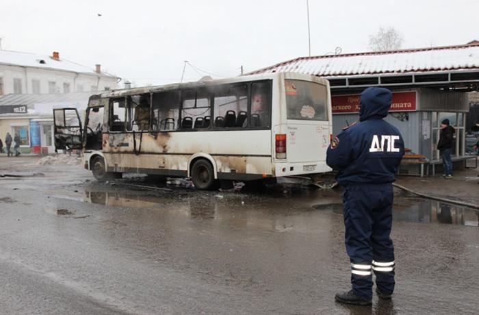 В центре Вологды сгорел пассажирский автобус