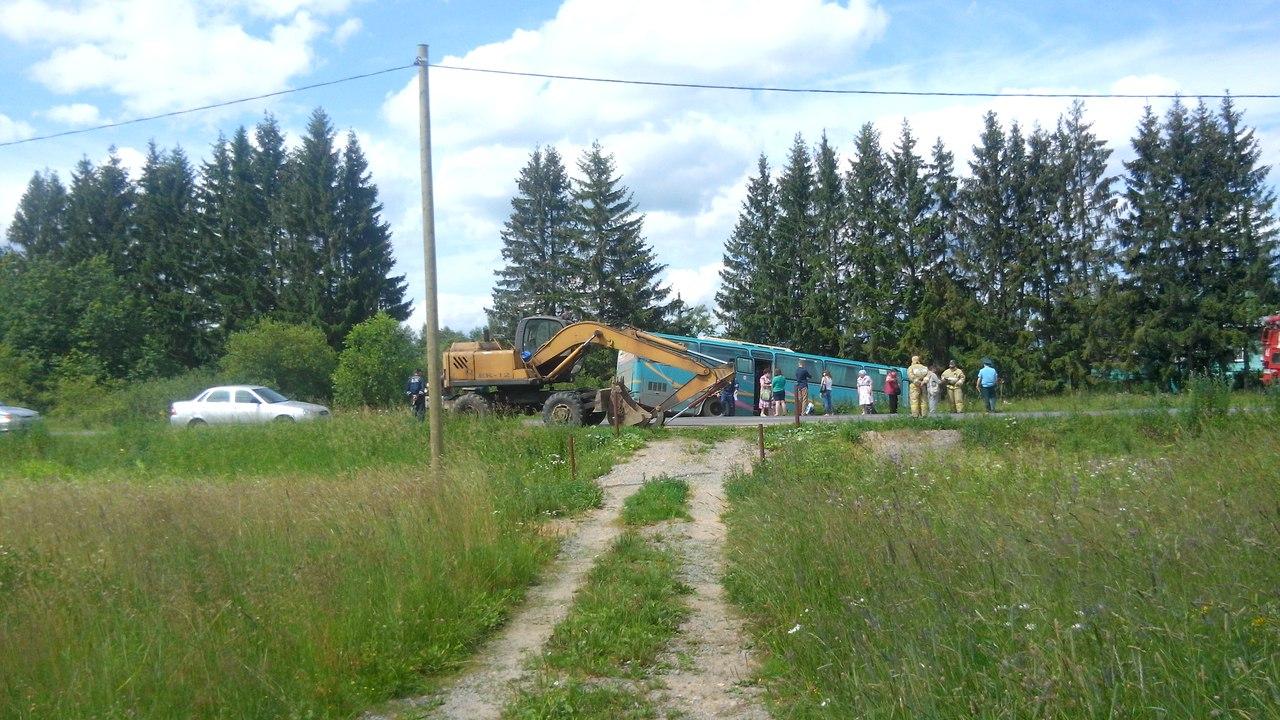 Автобус с пассажирами съехал в кювет в Вологодской области