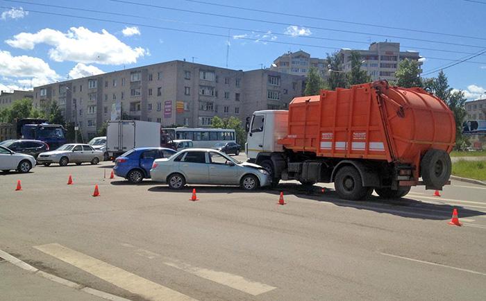 В Вологде иномарка врезалась в мусоровоз