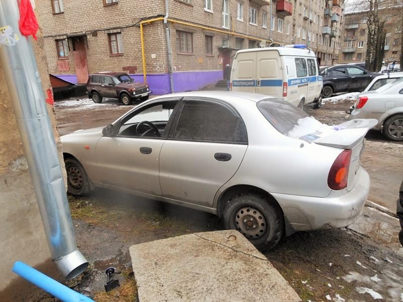 В Череповце взломщики машин оставили мобильник на месте преступления