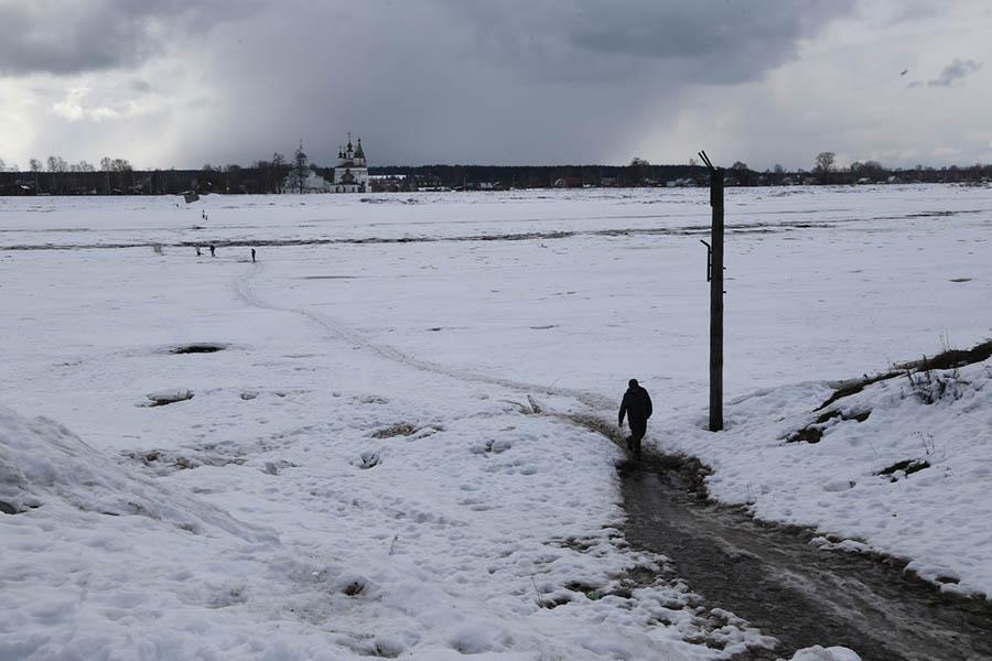 Для защиты от паводка в Великоустюгском районе строят льдоулавливающую дамбу