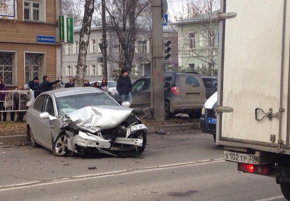В центре Вологды столкнулись две иномарки: пострадал ребенок