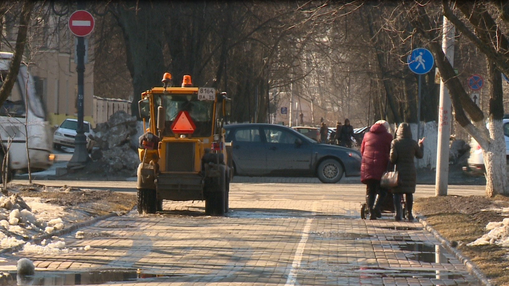 Коммунальщики ведут ямочный ремонт на центральных улицах Вологды