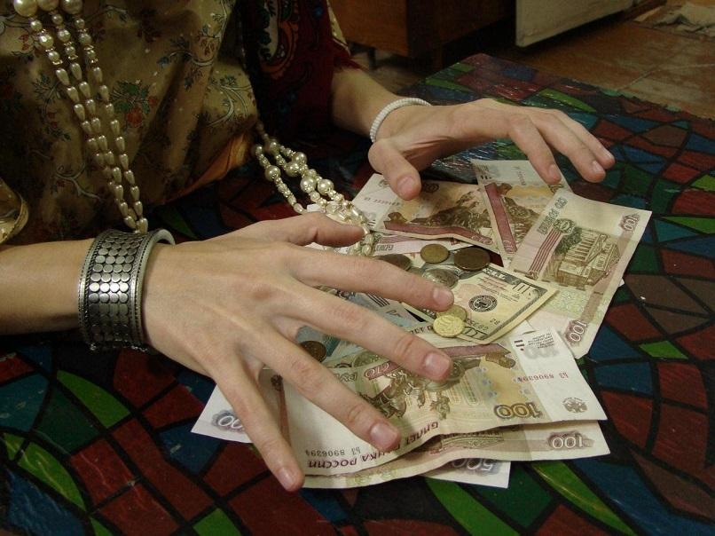 """Мошенницы обворовали вологодских пенсионерок, снимая """"порчу злых людей"""""""