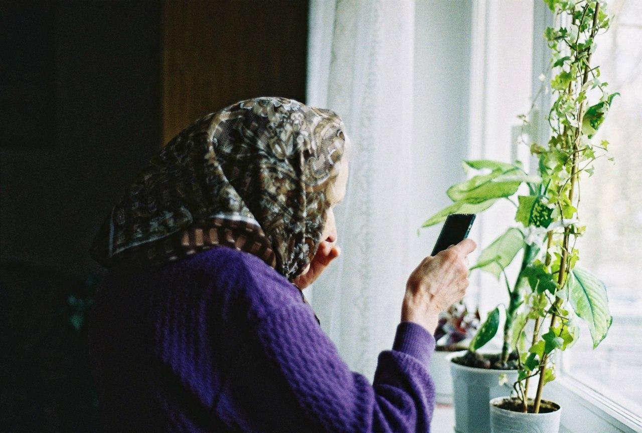 Разрядившийся телефон спас вологодскую пенсионерку от разорения